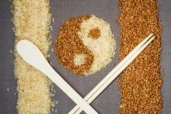 Trigo mourisco e arroz na forma de yin-Yang Imagem de Stock