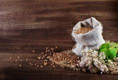 Trigo mourisco em uma superfície de madeira Foto de Stock