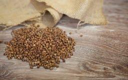 Trigo mourisco na madeira Foto de Stock