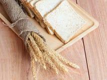 Trigo, pan en la bandeja Imagenes de archivo