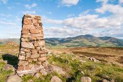 Trigpoint auf dem Gipfel von Binsey im englischen See-Bezirk Stockfoto