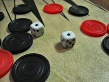 Trik-trak układy scaleni i kostki do gry obraz royalty free