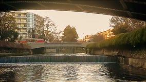 Trikala, Grecja 27 2018 Grudzień Trikala mostu krajobraz z ludźmi krzyżuje je zdjęcie wideo