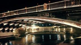 Trikala, Grecja 27 2018 Grudzie? Trikala most nocą z ludźmi krzyżuje je zdjęcie wideo