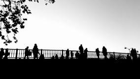 Trikala most w Grecja z ludźmi sylwetek w czarny i biały zbiory wideo