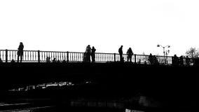 Trikala most z ludźmi sylwetek w czarny i biały zdjęcie wideo