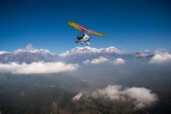 Trike ultraligero y mosca plana sobre la región de Pokhara y de Annapurna Imagen de archivo
