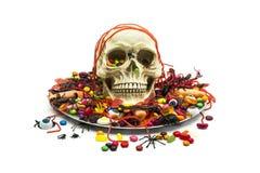 Trikowa lub funda czaszka w cukierku naczyniu i cukierek Fotografia Royalty Free