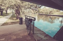 Trilha da bicicleta no parque perto da trilha do rio/bicicleta no parque perto do rio, tonificado imagem de stock