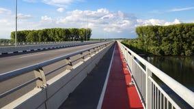 Trilha da passagem e do bycicle na ponte nova sobre Danube River em Zemun, Sérvia Imagens de Stock