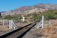 Trilha de estrada de ferro para o transporte do minério da mina de cobre à fundição fotos de stock royalty free