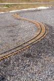 Trilha de estrada de ferro que curva-se através de uma terra rochosa imagem de stock royalty free