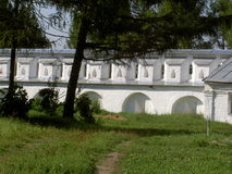 Trilha de sujeira às paredes antigas do monastério velho Imagem de Stock Royalty Free