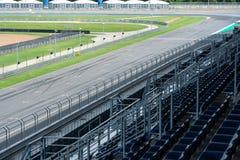 Trilha de veículo da estrada asfaltada com a cerca no circuito exterior, autódromo com a estrada da curva para corridas de carros imagens de stock