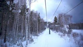 Trilha do esqui com elevador de cadeira, recurso nas montanhas vídeos de arquivo