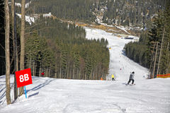 Trilha do esqui do recurso de Bukovel, Carpathias, Ucrânia Fotos de Stock