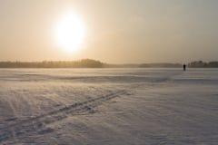 Trilha do esqui que está sendo coberta pela neve de queda em um lago congelado Imagens de Stock Royalty Free