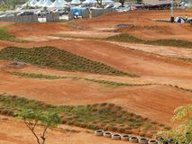 Trilha do motocross com montanhoso e o enlameado e terreno foto de stock