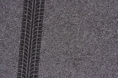 Trilha do pneu no asfalto Imagens de Stock