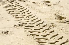 Trilha do pneumático na areia Fotos de Stock