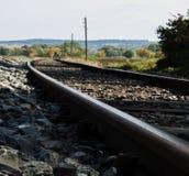 Trilha do trem através da paisagem imagem de stock