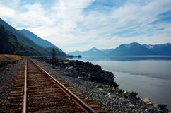 Trilha do trem de Alaska pela água Imagem de Stock Royalty Free