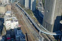 Trilha do trem de bala de Shinkansen na estação do Tóquio, Japão Imagem de Stock