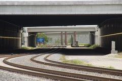 Trilha do trem sob a pista de decolagem Imagens de Stock