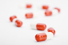 Trilha dos comprimidos azuis e brancos com sombras Fotos de Stock Royalty Free