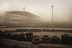 Trilha karting nevoenta fotografia de stock