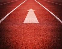 Trilha ou pista de atletismo atlética com apontar da seta bom para Imagens de Stock