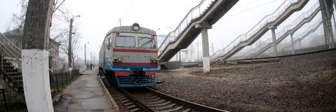A trilha railway em uma manhã enevoada O tra suburbano ucraniano fotos de stock