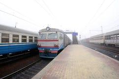 A trilha railway em uma manhã enevoada O tra suburbano ucraniano fotos de stock royalty free