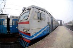 A trilha railway em uma manhã enevoada O tra suburbano ucraniano foto de stock