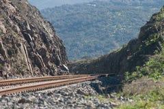 Trilha Railway entre as paredes de pedra Foto de Stock Royalty Free