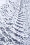 A trilha roda dentro a neve imagem de stock