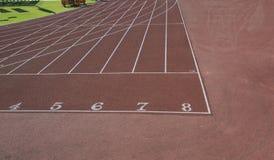 Trilhas atléticas em um estádio olimpic foto de stock