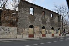Trilhas bombardeado e da bala em fachadas das construções, guerra de Bósnia, ` 13 de fevereiro Imagens de Stock Royalty Free