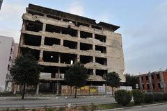 Trilhas bombardeado e da bala em fachadas das construções, guerra de Bósnia, ` 13 de fevereiro Foto de Stock Royalty Free