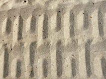 Trilhas com nervuras da roda na areia seca Imagem de Stock Royalty Free