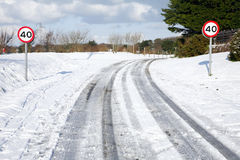 Trilhas da neve em uma estrada secundária. Imagem de Stock