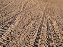 Trilhas da roda na areia da estrada secundária Imagens de Stock Royalty Free