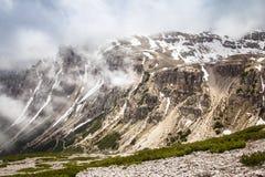 Trilhas das montanhas de Tre Cime di Lavaredo Drei Zinnen, Itália Foto de Stock
