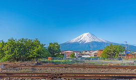 Trilhas de estrada de ferro de Kawaguchiko com Monte Fuji fotos de stock royalty free
