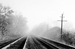Trilhas de estrada de ferro nevoentas Fotos de Stock Royalty Free