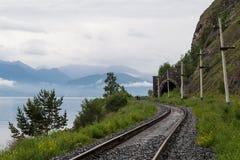 Trilhas de estrada de ferro, o Lago Baikal Imagem de Stock