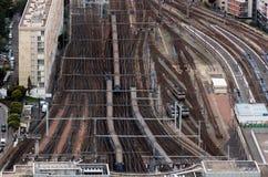 Trilhas de estrada de ferro perto da estação Imagem de Stock