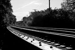 Trilhas de estrada de ferro preto & branco imagens de stock