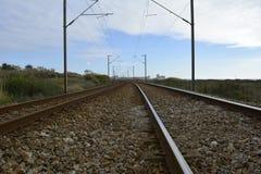 Trilhas de estrada de ferro que conduzem a infinito imagem de stock