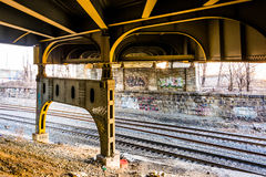 Trilhas de estrada de ferro sob Howard Street Bridge em Baltimore, março Foto de Stock Royalty Free